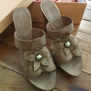Distressed Natural Leather Flower Heel Sandals 8.5